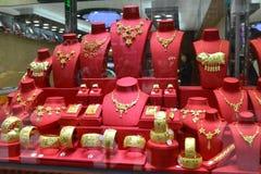 Primo piano della finestra dorata del negozio di gioielli, il regalo di nozze, ricordo Fotografie Stock