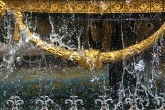 Primo piano della fontana della città con gli elementi dorati della decorazione ed acqua di gocciolamento, fontana a Tbilisi, fotografie stock libere da diritti