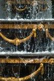 Primo piano della fontana della città con gli elementi dorati della decorazione ed acqua di gocciolamento, fontana a Tbilisi, fotografia stock libera da diritti