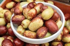 Primo piano della frutta fresca della giuggiola in una ciotola Fotografia Stock