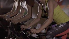 Primo piano della gente felice di sport che si esercita insieme nella palestra alla notte stock footage