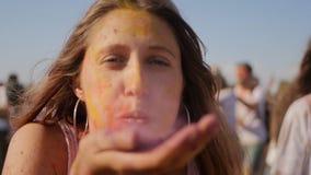 Primo piano della giovane donna divertendosi sul festival di Holi stock footage