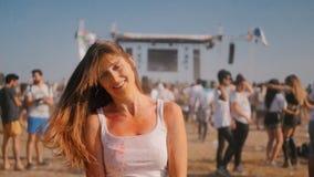 Primo piano della giovane donna divertendosi sul festival di Holi video d archivio