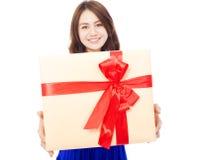 Primo piano della giovane donna felice che tiene un contenitore di regalo Immagine Stock