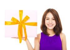 Primo piano della giovane donna felice che tiene un contenitore di regalo Fotografie Stock