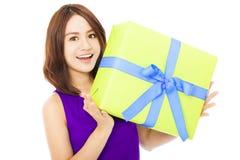 Primo piano della giovane donna felice che tiene un contenitore di regalo Immagini Stock