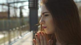 Primo piano della giovane donna triste video d archivio