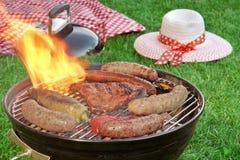 Primo piano della griglia del BBQ e coperta di picnic nei precedenti Fotografie Stock