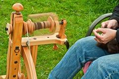 Primo piano della lana di filatura della mano Immagine Stock Libera da Diritti