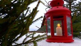 Primo piano della lanterna di Natale La lanterna rossa di Natale sta il unde sotto un abete di Natale Lanterna con la candela di  video d archivio