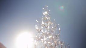 Primo piano della lastra di vetro di Champagne sul fondo del cielo video d archivio