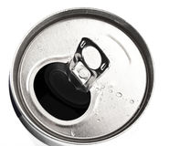 Primo piano della latta di alluminio con le gocce dell'acqua Fotografia Stock Libera da Diritti