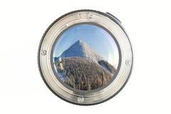 Primo piano della lente della foto della macchina fotografica su fondo bianco con il reflec del lense Immagini Stock