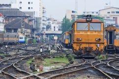 Primo piano della locomotiva arancione del treno Fotografie Stock