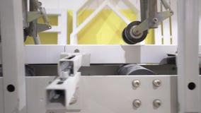 Primo piano della macchina per la lavorazione del legno moderna bianca per la pulizia o la lucidatura dei bordi di legno bianchi  archivi video