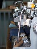 Primo piano della macchina professionale del caffè del caffè espresso fotografia stock libera da diritti