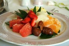Primo piano della macedonia del dessert della macedonia in un piatto fotografie stock libere da diritti