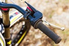Primo piano della maniglia della maniglia del timone di un motociclo di prova con il freno fotografie stock libere da diritti