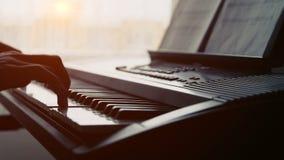 Primo piano della mano caucasica dell'uomo di un esecutore di musica che gioca il piano dal lato archivi video