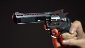 Primo piano della mano che indica pistola, concetto pericoloso, primo piano di uccisione di contratto archivi video