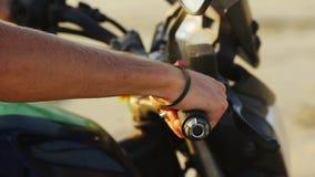 Primo piano della mano che inizia che accelera motociclo stock footage