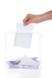 Primo piano della mano che inserisce voto in scatola Immagine Stock Libera da Diritti