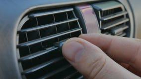 Primo piano della mano che regola gli sfiatatoi per cambiare direzione del vento dentro l'automobile Stato troppo fresco o troppo video d archivio