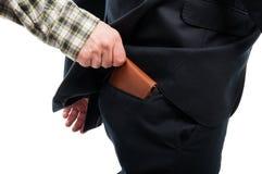 Primo piano della mano che ruba portafoglio dalla tasca posteriore Immagini Stock Libere da Diritti
