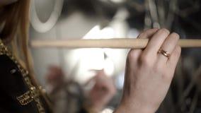 Primo piano della mano con la bacchetta azione Il batterista professionista della mano femminile tiene la bacchetta di legno prim stock footage