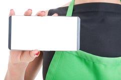 Primo piano della mano degli impiegati con il cellulare moderno fotografie stock libere da diritti