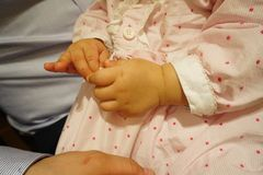 Primo piano della mano del bambino Fotografie Stock