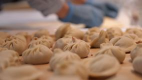 Primo piano della mano del cuoco che cucina gli gnocchi Il processo di produzione degli gnocchi archivi video