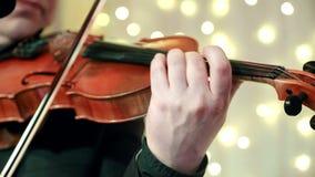 Primo piano della mano dell'uomo che gioca il violino durante il banchetto in un ristorante video d archivio