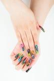Primo piano della mano della donna con il bello manicure su fondo bianco Fotografia Stock Libera da Diritti