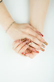 Primo piano della mano della donna con il bello manicure su fondo bianco Immagine Stock