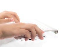 Primo piano della mano della donna di affari che scrive sulla tastiera del computer portatile Fotografia Stock