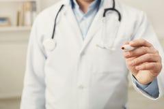 Primo piano della mano e della penna di medico immagine stock libera da diritti