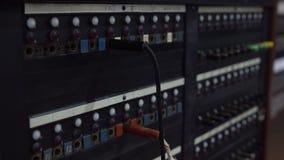 Primo piano della mano femminile facendo uso 30 della linea centralino della telescrivente Servizio in rete anziano stock footage