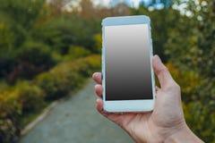 Primo piano della mano femminile facendo uso di uno Smart Phone fotografie stock