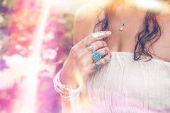 Primo piano della mano della giovane donna con il lotto di stile di boho jewrly, anello Fotografia Stock Libera da Diritti