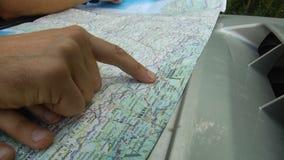 Primo piano della mappa e mani su  stock footage