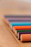 Primo piano della matita colorata in una fila Fotografia Stock