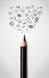 Primo piano della matita con le icone sociali di media Fotografie Stock Libere da Diritti