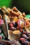 Primo piano della mela secca, pera, fette rosa delle albicocche Fotografia Stock