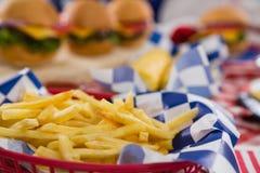 Primo piano della merce nel carrello delle patate fritte Fotografie Stock