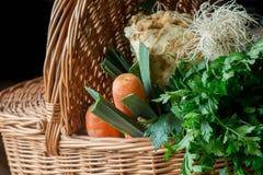 Primo piano della merce nel carrello delle verdure Fotografia Stock