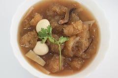 Primo piano della minestra di stile cinese o del gozzo brasato del pesce in sugo rosso immagini stock