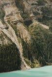 Primo piano della montagna nel lago Peyto Fotografia Stock Libera da Diritti