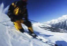 Primo piano della neve di corsa con gli sci di Telemark sulla neve della montagna Immagine Stock
