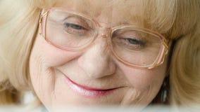 Primo piano della nonna dei sogni stock footage